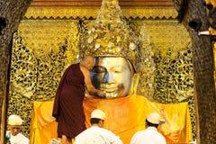El ritual del lavado de la cara a Mahamuni Buda Foto de archivo libre de regalías