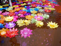El ritual que ruega la vela colorida que flota en el agua para ruega a Buda Imagenes de archivo