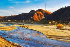El rive y la puesta del sol de las colinas Fotografía de archivo libre de regalías