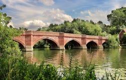 El RiverThames en Inglaterra con el puente de Clifton Hampden Imagen de archivo