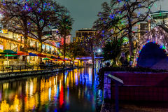 El Riverwalk en San Antonio, Tejas, en la noche imagen de archivo
