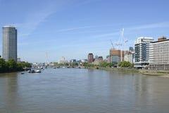El río Támesis en Vauxhall, Londres, Inglaterra Fotos de archivo