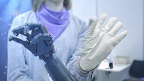 el Robo-brazo repite los movimientos de la mano humana El brazo pl?stico de un robot est? doblado como una mano humana Nuevas tec almacen de video