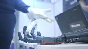 el Robo-brazo repite los movimientos de la mano humana El brazo pl?stico de un robot est? doblado como una mano humana Nuevas tec metrajes