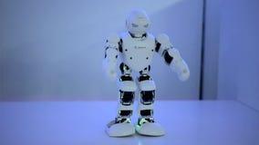 El robot baila bajo luz