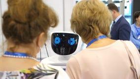 El robot comunica con la gente Interacción del robot y de la persona Tecnologías robóticas modernas El robot mira metrajes