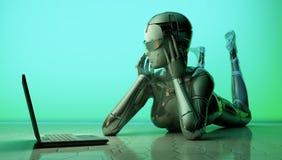 El robot con un ordenador portátil Fotografía de archivo libre de regalías