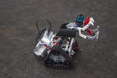 El robot de Lego se coloca en el asfalto Fotografía de archivo libre de regalías