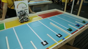 El robot divertido del metal conduce en la tabla del soporte y descarga bolas almacen de video