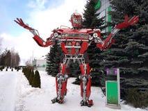 El robot divertido del metal humanoid el autoboat rojo, se hace de recambios del coche, reaprovisiona la gasolina de combustible, libre illustration