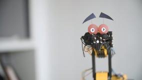 El robot divertido está sacudiendo la cabeza para decir SÍ Experimento con el manipulante inteligente Modelo del robot industrial almacen de metraje de vídeo