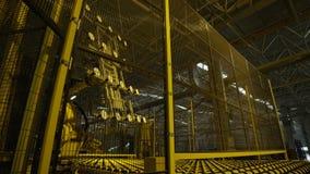 El robot enorme de la máquina levanta la hoja de cristal grande almacen de metraje de vídeo