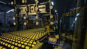 El robot enorme de la máquina mueve la hoja de cristal grande a la acción almacen de metraje de vídeo