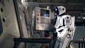 El robot está actuando una consola con los botones almacen de video