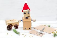 El robot hace los regalos del ` s del Año Nuevo Decoraciones de la Navidad Fotos de archivo