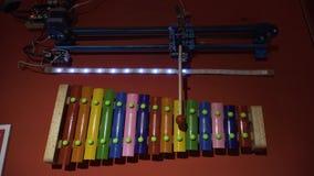 El robot juega música en el xilófono almacen de metraje de vídeo