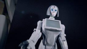 El robot llama para venir más cerca gesticulando con su brazo biónico almacen de video
