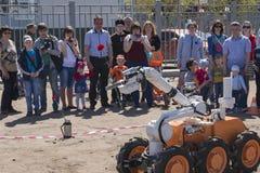 El robot lleva un clavel en la mano fotos de archivo