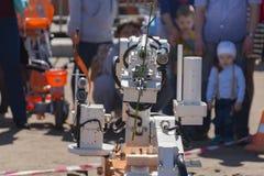 El robot lleva un clavel en la mano fotos de archivo libres de regalías