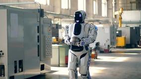 El robot masivo está llevando las placas de metal a lo largo de la fábrica almacen de metraje de vídeo