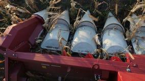 El robot moderno de la máquina segadora recoge la cosecha del trigo metrajes