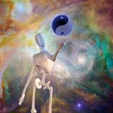El robot sostiene la esfera de yang del yin con el espacio nebuloso Imagen de archivo