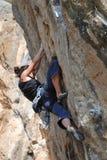 El roca-escalador durante conquista de la roca Imagen de archivo libre de regalías