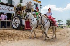 El ROCIO,安达卢西亚,西班牙- 5月22 :在马背上穿过村庄的女孩女骑士 免版税库存照片