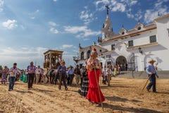 El ROCIO,安达卢西亚,西班牙- 5月22 :Romeria在参观圣所以后去村庄 图库摄影