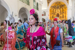 EL ROCIO, ΑΝΔΑΛΟΥΣΊΑ, ΙΣΠΑΝΊΑ - 22 Μαΐου: Το Romeria μετά από να επισκεφτεί το άδυτο πηγαίνει στο χωριό Στοκ εικόνα με δικαίωμα ελεύθερης χρήσης