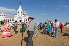 EL ROCIO, ΑΝΔΑΛΟΥΣΊΑ, ΙΣΠΑΝΊΑ - 22 Μαΐου: Το Romeria μετά από να επισκεφτεί το άδυτο πηγαίνει στο χωριό Στοκ Εικόνες