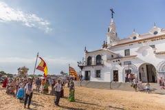 EL ROCIO, ΑΝΔΑΛΟΥΣΊΑ, ΙΣΠΑΝΊΑ - 22 Μαΐου: Το Romeria μετά από να επισκεφτεί το άδυτο πηγαίνει στο χωριό Στοκ εικόνες με δικαίωμα ελεύθερης χρήσης
