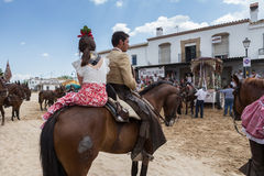 EL ROCIO, ΑΝΔΑΛΟΥΣΊΑ, ΙΣΠΑΝΊΑ - 22 Μαΐου: Το Romeria μετά από να επισκεφτεί το άδυτο πηγαίνει στο χωριό Στοκ Φωτογραφίες