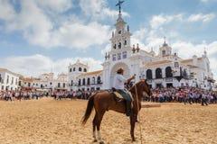 EL ROCIO, ANDALOUSIE, ESPAGNE - 26 juin 2016 : Plaza près de l'église, cavalier attendant le baptême du troupeau La foule Images stock