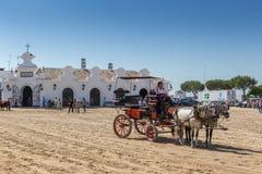 EL ROCIO, ANDALOUSIE, ESPAGNE - 22 mai : Romeria après visite du sanctuaire va au village Images stock