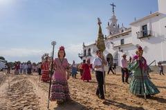 EL ROCIO, ANDALOUSIE, ESPAGNE - 22 mai : Romeria après visite du sanctuaire va au village Image libre de droits