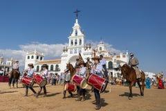 EL ROCIO, ANDALUCÍA, ESPAÑA - 22 de mayo: Romeria después de visitar el santuario va al pueblo imagen de archivo