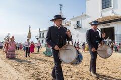 EL ROCIO, ANDALUCÍA, ESPAÑA - 22 de mayo: Romeria después de visitar el santuario va al pueblo fotos de archivo libres de regalías
