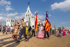 EL ROCIO, ANDALUCÍA, ESPAÑA - 22 de mayo: Romeria después de visitar el santuario va al pueblo foto de archivo