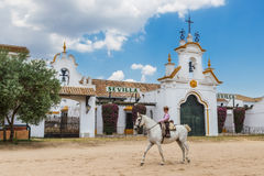 El ROCIO, ANDALUCIA, SPANIEN - MAJ 22: Pojkeryttaren passerar till och med byn för den religiösa festivalen royaltyfria bilder