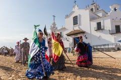 El ROCIO, ANDALUCIA, SPANIEN - MAJ 22: Romeria, når han har besökt fristaden, går till byn arkivbilder