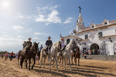 El ROCIO, ANDALUCIA, SPANIEN - MAJ 22: Romeria, når han har besökt fristaden, går till byn royaltyfria foton