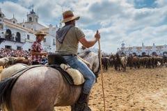 El ROCIO, ANDALUCIA, SPANIEN - 26 spanska ryttare för JUNI 2016 familj, hästar, handböcker för dop arkivfoto