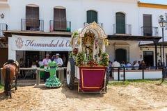 EL ROCIO, ANDALUSIEN, SPANIEN - 22. Mai: Stillstehendes Romeria, nachdem ein langer Marsch zum Bestimmungsort, es Heiliges im Wag Lizenzfreies Stockbild