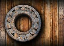 El rodamiento de bolitas oxidado enorme colgó en la pared Imagen de archivo libre de regalías