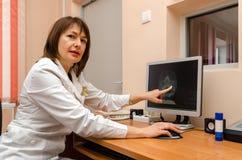 El roentgenographer de la mujer en la oficina de la policlínico indica cambios Imagenes de archivo