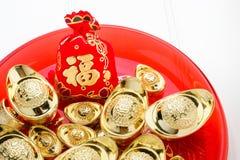 El rojo chino del prisionero de guerra del ANG del Año Nuevo sentía el bolso de la tela con los lingotes del oro adentro Fotos de archivo