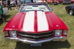 El rojo 1971 con blanco raya a Chevy Chevelle SS Front View Imagen de archivo