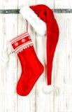 El rojo de la decoración de la media de la Navidad adorna el fondo de madera Fotos de archivo libres de regalías