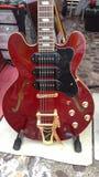 El rojo de la guitarra hacia fuera comercializa música Fotografía de archivo